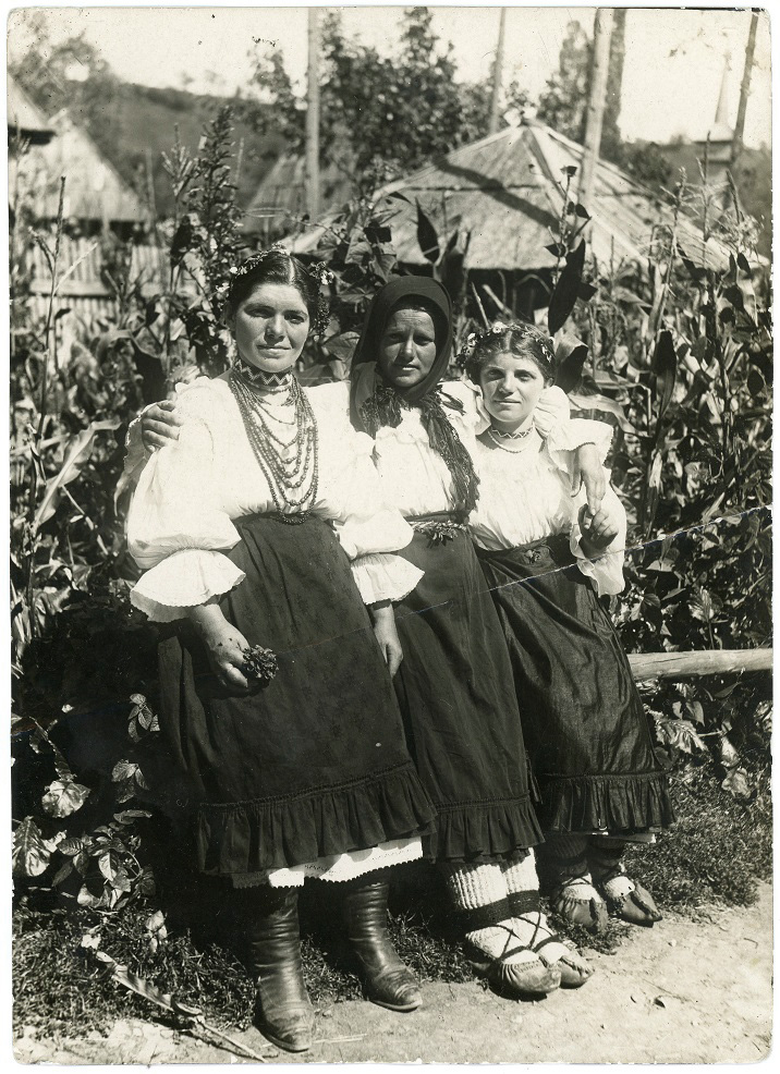 Romanian women in Sunday dress 5